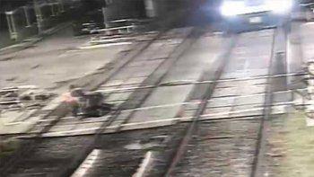 heroina: mujer salvo a dos hombres de ser atropellados por un tren