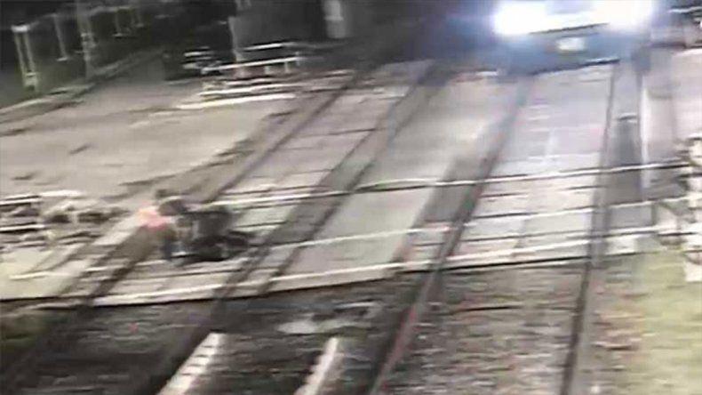 Otra heroína en las vías: una mujer salvó a dos hombres de ser atropellados por un tren