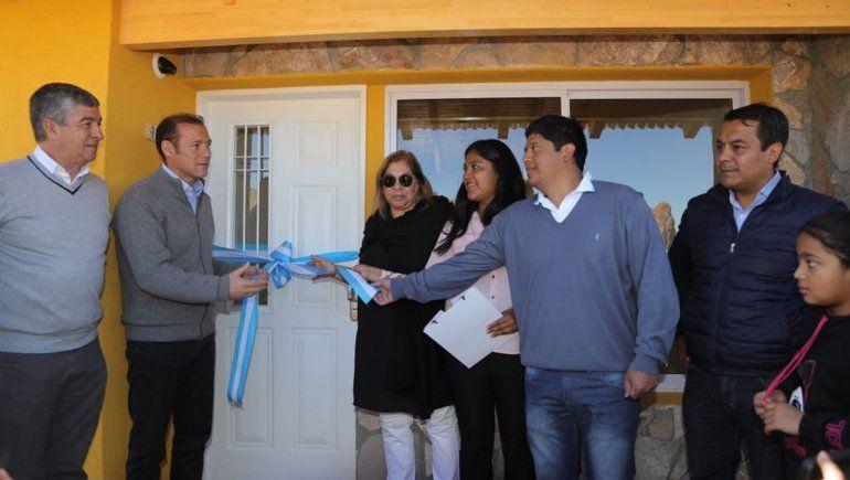 Piedra del Águila: entregaron 5 casas y construyen 6 más