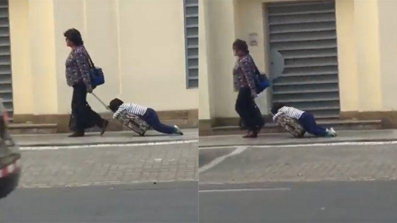 Llevó arrastrando a su hijo a la escuela y se convirtió en viral