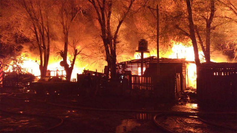 Impresionante incendio destruyó unas 10 viviendas de una toma