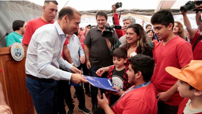 Gutiérrez entregó 32 casas en Cuenca XVI y anunció la construcción de 40 más