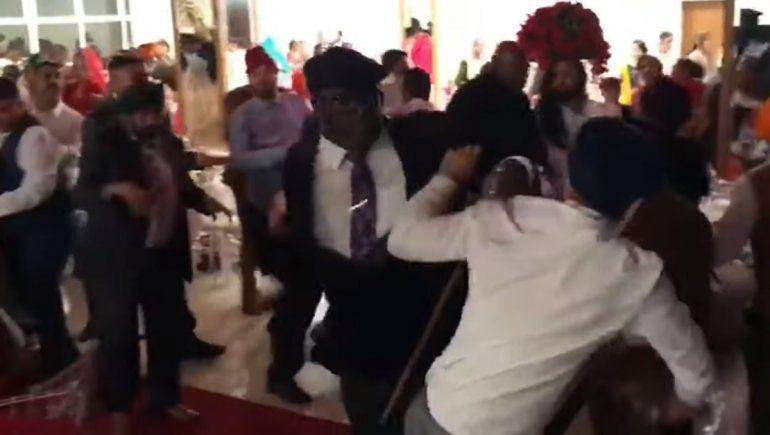 Video: casamiento terminó en una batalla campal
