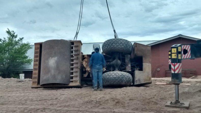 Video: así retiraron el camión que se desplomó sobre el CPEM 46
