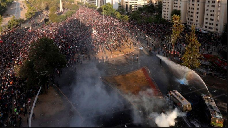 Chile no se calma: una enorme manifestación terminó con heridos y detenidos