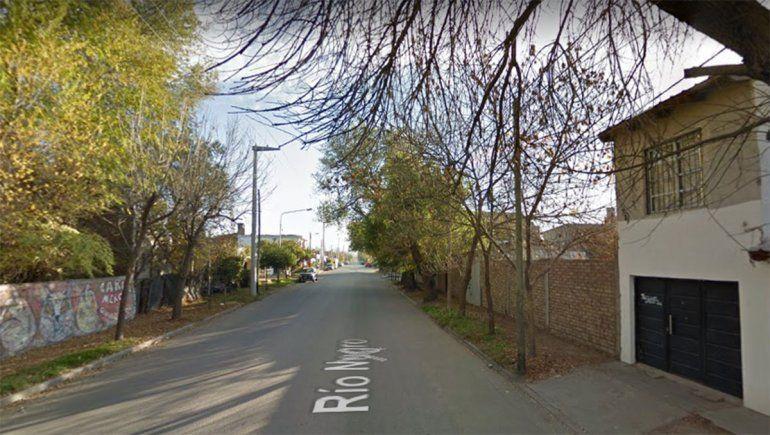 Un joven murió tras perder el control de su moto y chocar contra un poste en el bajo