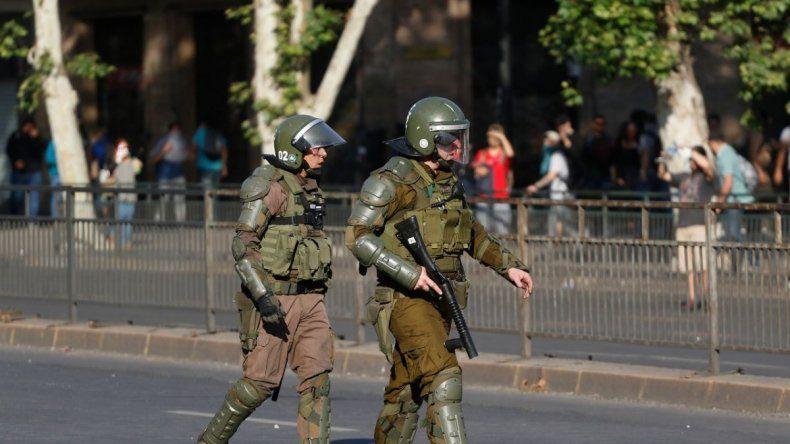Detienen a un oficial de Carabineros por abuso de poder y acusarán a otros 14 agentes