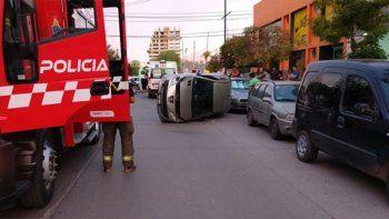 nadie freno en la esquina: volco con el auto tras chocar