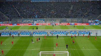 emotivo recuerdo de la caida del muro en el futbol aleman