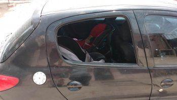 le reventaron la ventanilla para robarle cuando acomodaba a su beba en la sillita