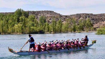 200 mujeres que superaron el cancer remaran en el rio limay