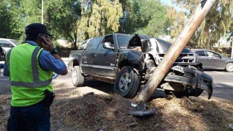 Sufrió una falla en los frenos y chocó violentamente contra un poste