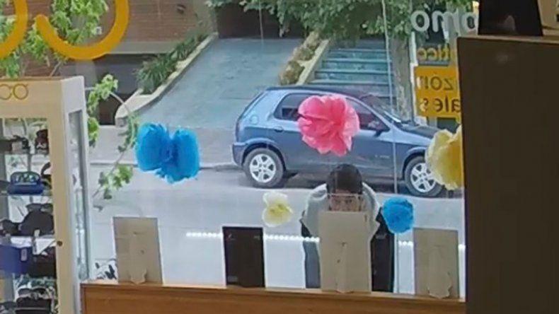 Video: pasó por una óptica, miró unos lentes, entró, los robó y quedó escrachado
