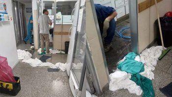 por las lluvias, se inundo el sector de pediatria del castro rendon