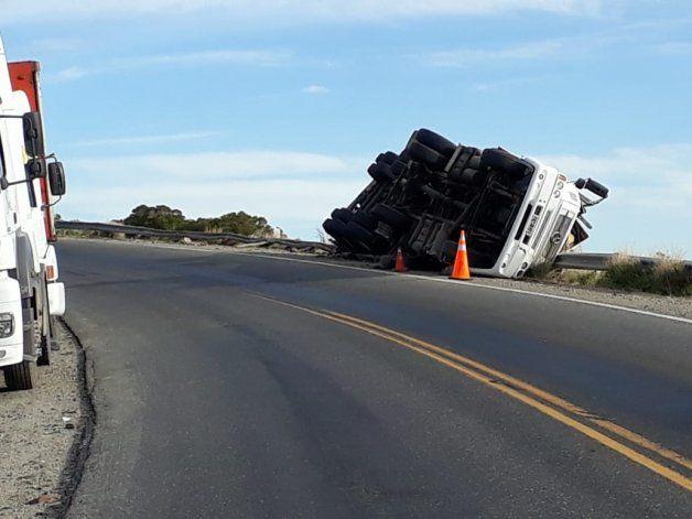 Collón Curá: camión se quedó sin frenos, volcó y se salvó de milagro de caer al vacío