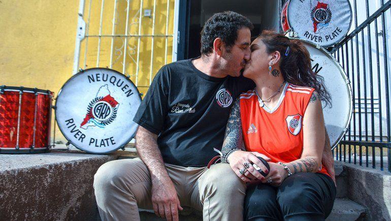Por amor a River: la pareja que lo sigue por el mundo