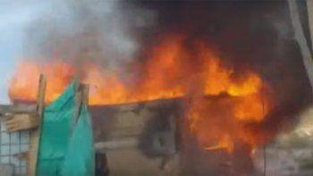 Incendiaron casa del hombre que hallaron con una nena