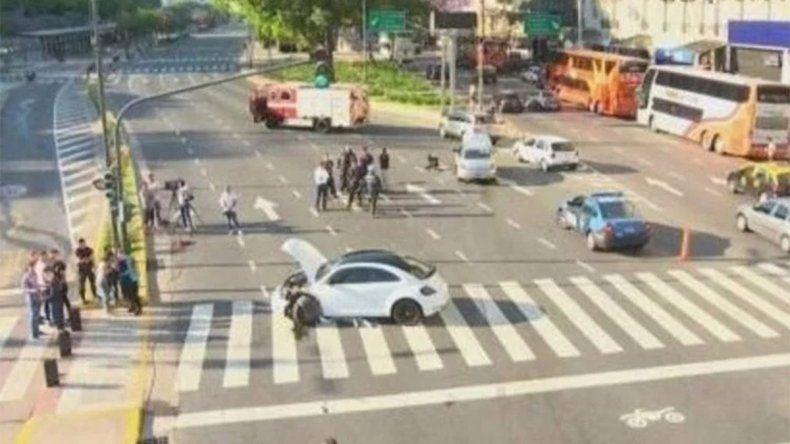 Circulaba en contra mano frente al Obelisco y chocó a otro auto