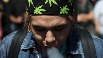 una empresa paga 3 mil dolares por mes por fumar y testear marihuana