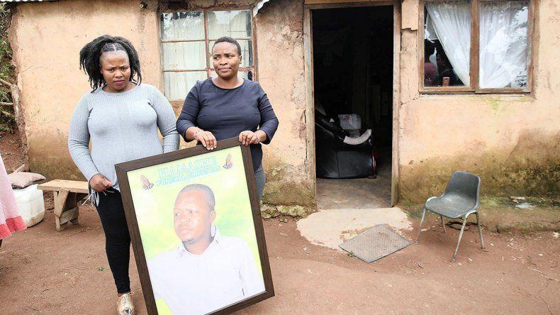 Se hartaron de las excusas de la compañía y la familia llevó el cadáver para cobrar el seguro