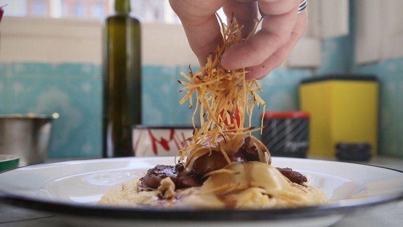 Cocinar en Casa capítulo 2: polenta con queso ahumado y chorizo de cordero