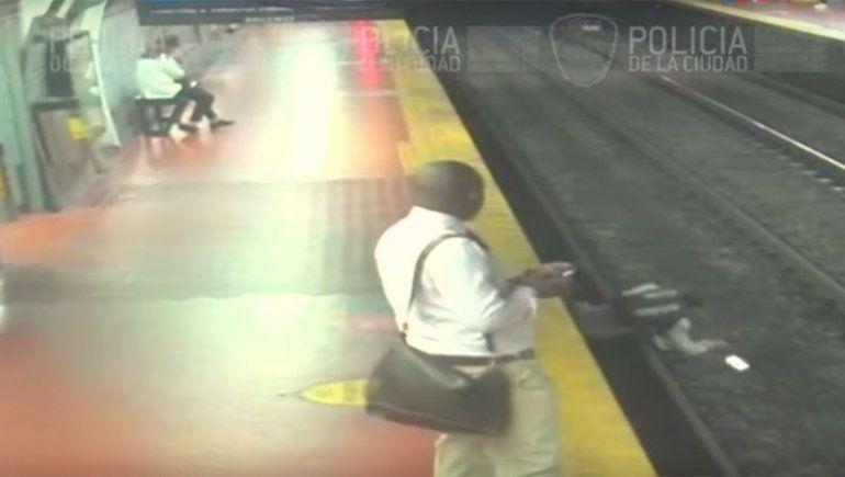 Al borde de la tragedia: caminaba por el andén mientras miraba el celular y cayó a las vías