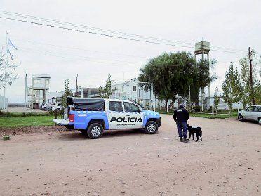 Dos internos realizaban la maniobra desde adentro del penal de Cutral Co.