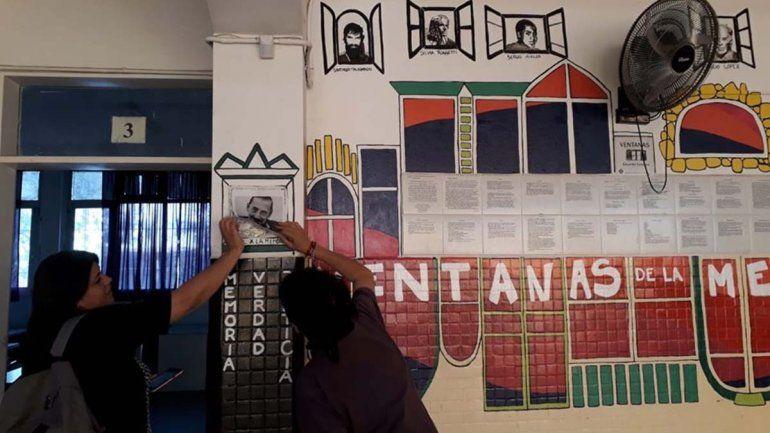 Bronca en el CPEM 64: pegaron una foto de Videla sobre un mural de las Madres