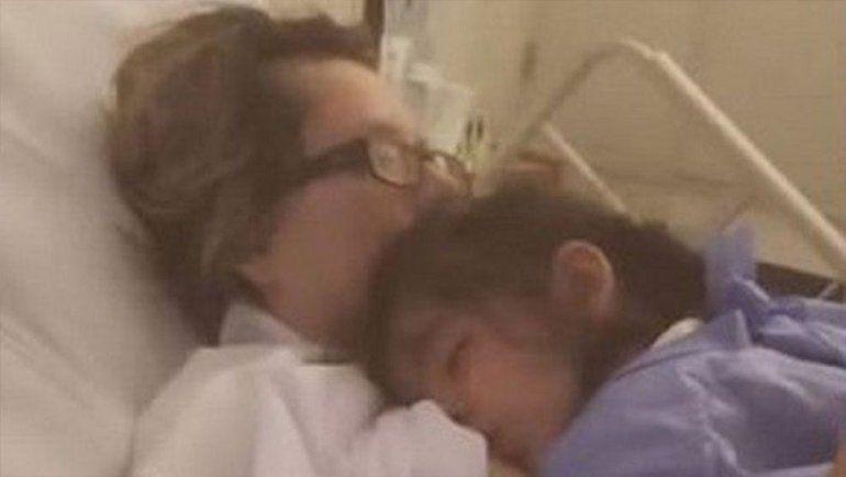 Tras un mes en estado de coma, despertó para amamantar a su hija