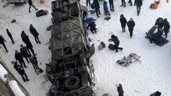 dramatico: al menos 19 muertos al caer un micro en un rio congelado