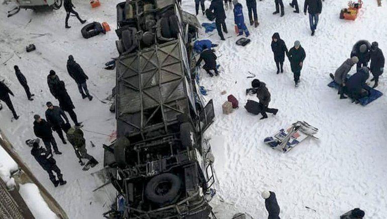 Dramático: al menos 19 muertos al caer un micro en un río congelado