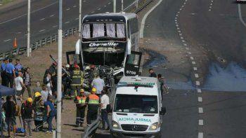 colectivo se salio de carril y derribo postes: 20 heridos