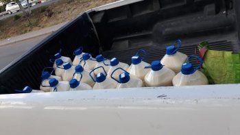 decomisan 1.500 litros de leche que trasportaban en el baul de un auto