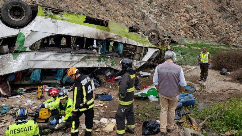 Tragedia en Chile: desbarrancó un micro y murieron 20 personas