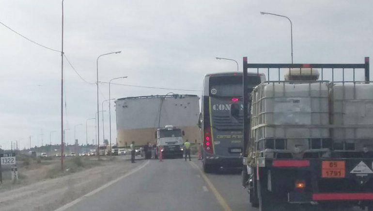 Trasladan tres enormes tanques petroleros por las rutas de la provincia y piden precaución