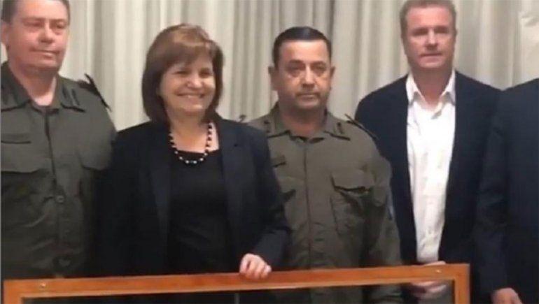 El provocador regalo que Gendarmería le hizo a Patricia Bullrich con una polémica frase sobre el caso Maldonado