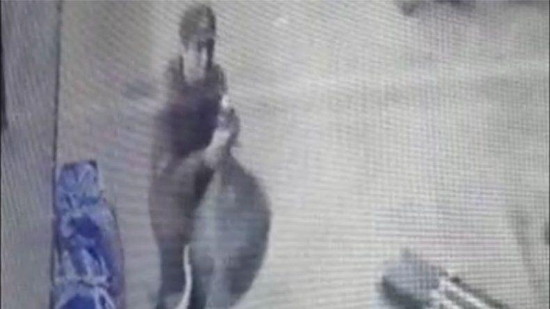 Le robó mercadería a un vendedor ambulante y quedó escrachado por las cámaras