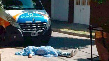 lo balean y tiran el cuerpo frente a una ambulancia