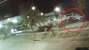 asi se desplazo el auto del policia tras el brutal choque