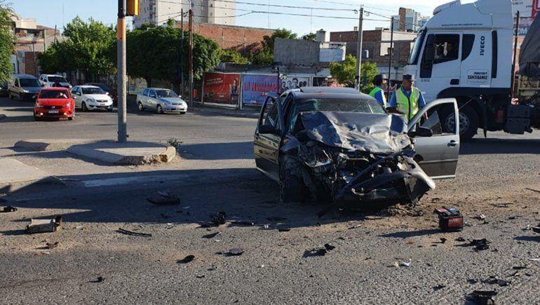Ruta 22: un joven borracho cruzó el semáforo en rojo y chocó a una camioneta