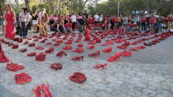 ¿por que hubo una invasion de zapatos rojos en el monumento?