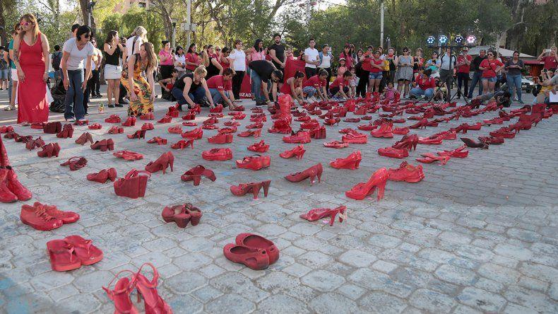 ¿Por qué los zapatos rojos invadieron la zona del Monumento a San Martín?
