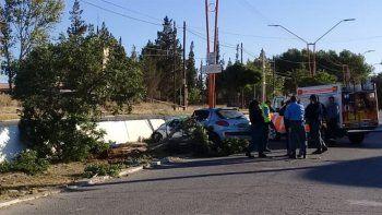 tragedia en plaza huincul: perdio el control del auto, choco contra dos arboles y murio