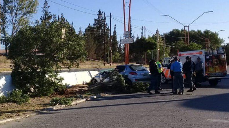 Tragedia en Plaza Huincul: perdió el control del auto, chocó contra dos árboles y murió