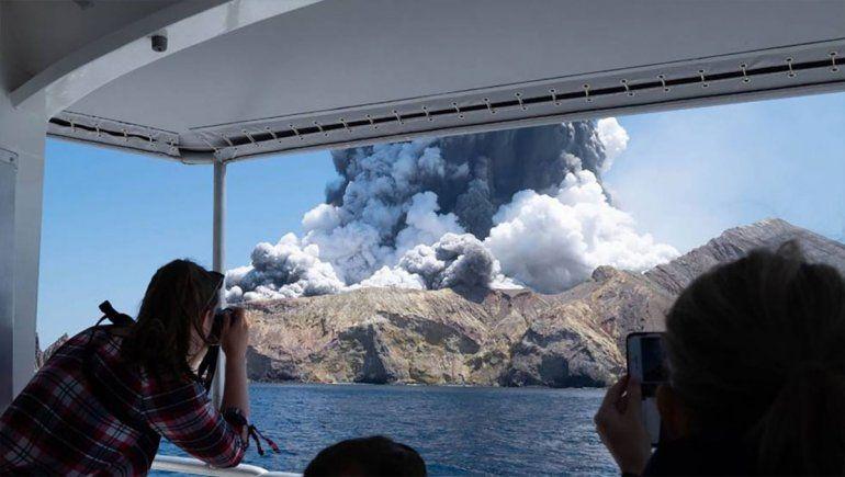 Un volcán entró en erupción cuando un grupo de turistas estaba al borde del cráter