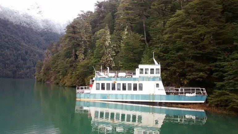 Rematan barcos abandonados en el Nahuel Huapi