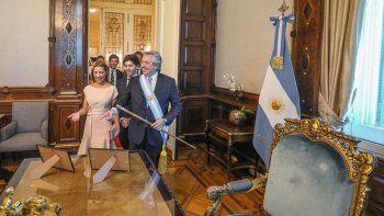 las primeras fotos de alberto en el despacho presidencial