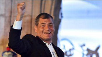 universidad distinguio al ex presidente rafael correa