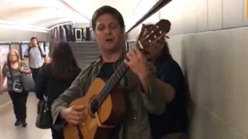 Rodrigo de la Serna tocó con su banda en una línea de subte