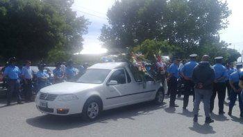 dolor: familiares y companeros despidieron al policia amaya en plottier